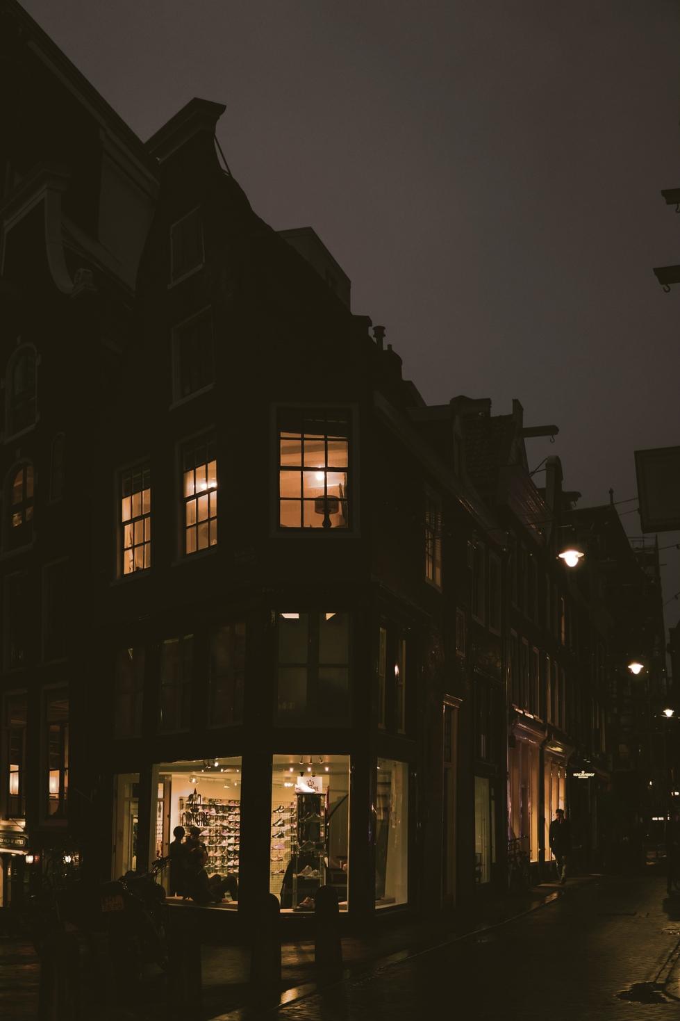 Spui Amsterdam, cozy lit up windows