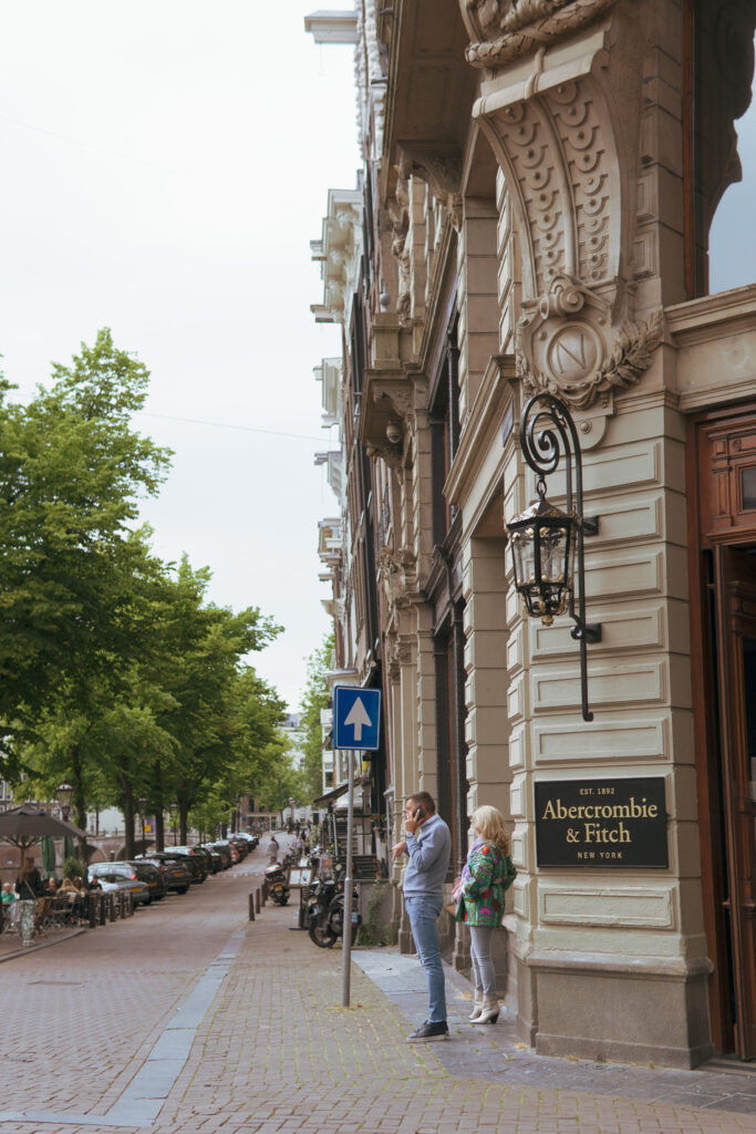 bossing around Leidsestraat, Abercrombie & Fitch