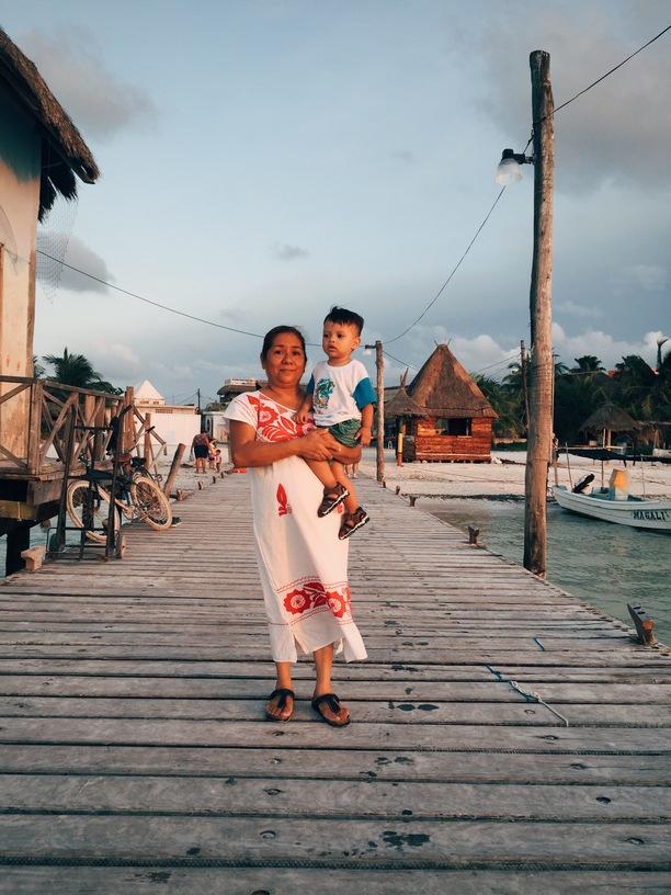 Abuela con su nieto en Holbox